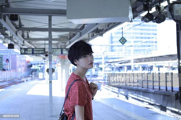 woman standing on the platform - 鉄道のプラットホーム ストックフォトと画像