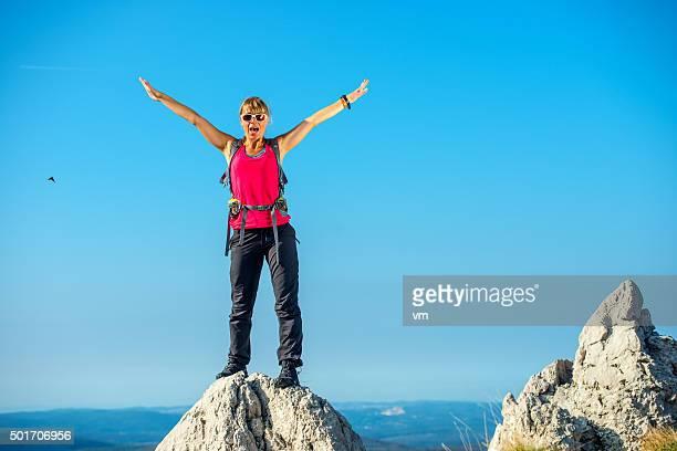 Femme debout sur un rocher avec les bras en relief