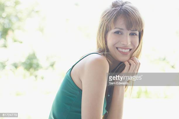 femme debout à l'extérieur sur le patio souriant - débardeur photos et images de collection