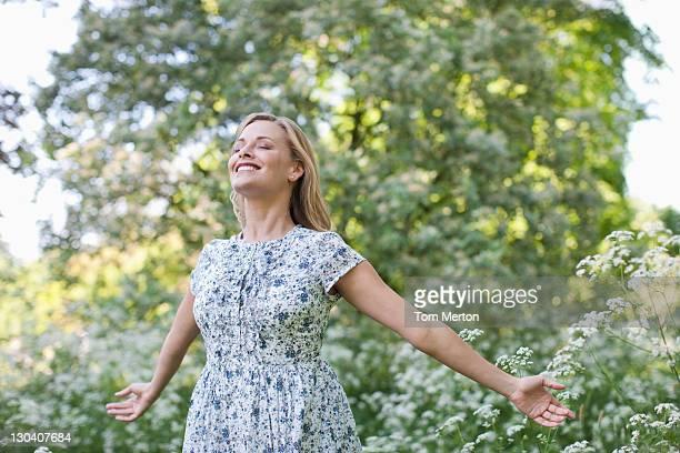 Femme debout à l'extérieur