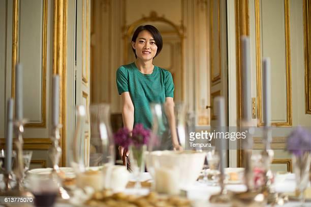 femme est fier de son chez-soi - château photos et images de collection