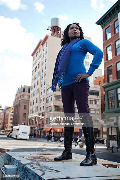 woman standing up high in city - handen op de heupen stockfoto's en -beelden