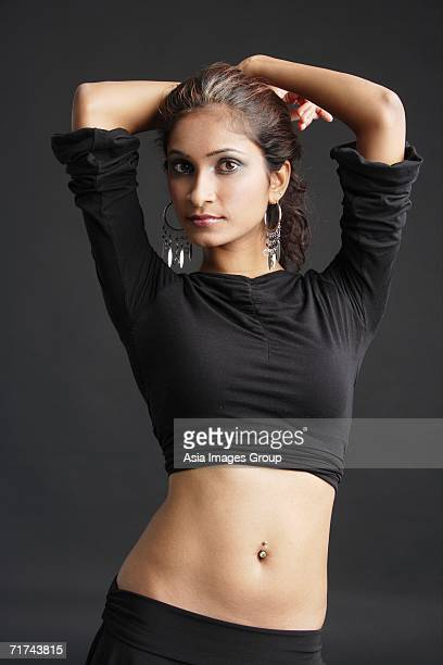 woman standing with hands on head - belly ring - fotografias e filmes do acervo