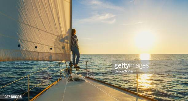 donna che sta ai margini della mente, croazia - barca a vela foto e immagini stock