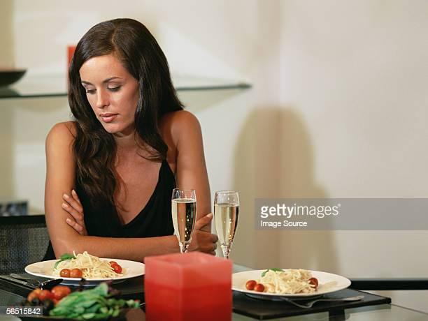 Femme tenir jusqu'au dîner
