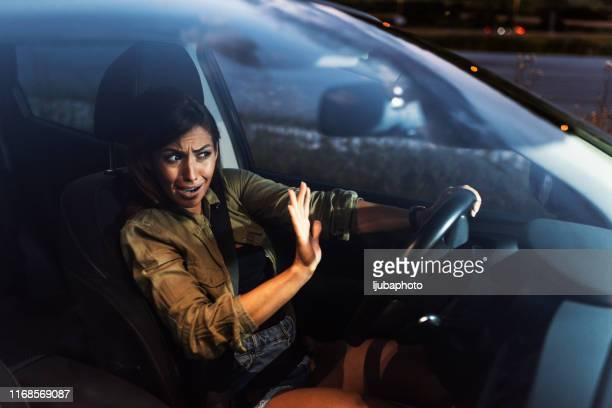 車を止めて叫ぶ女性 - 試運転 ストックフォトと画像