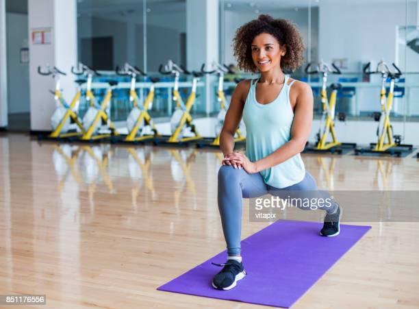 mulher de alongamento na academia - flexionando perna - fotografias e filmes do acervo