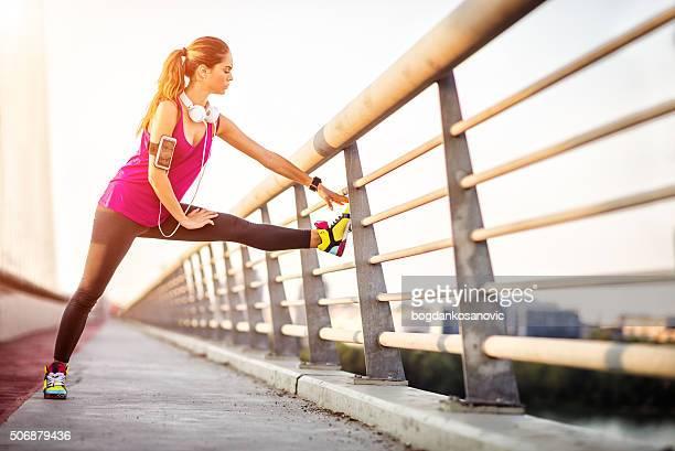 女性脚にストレッチの橋