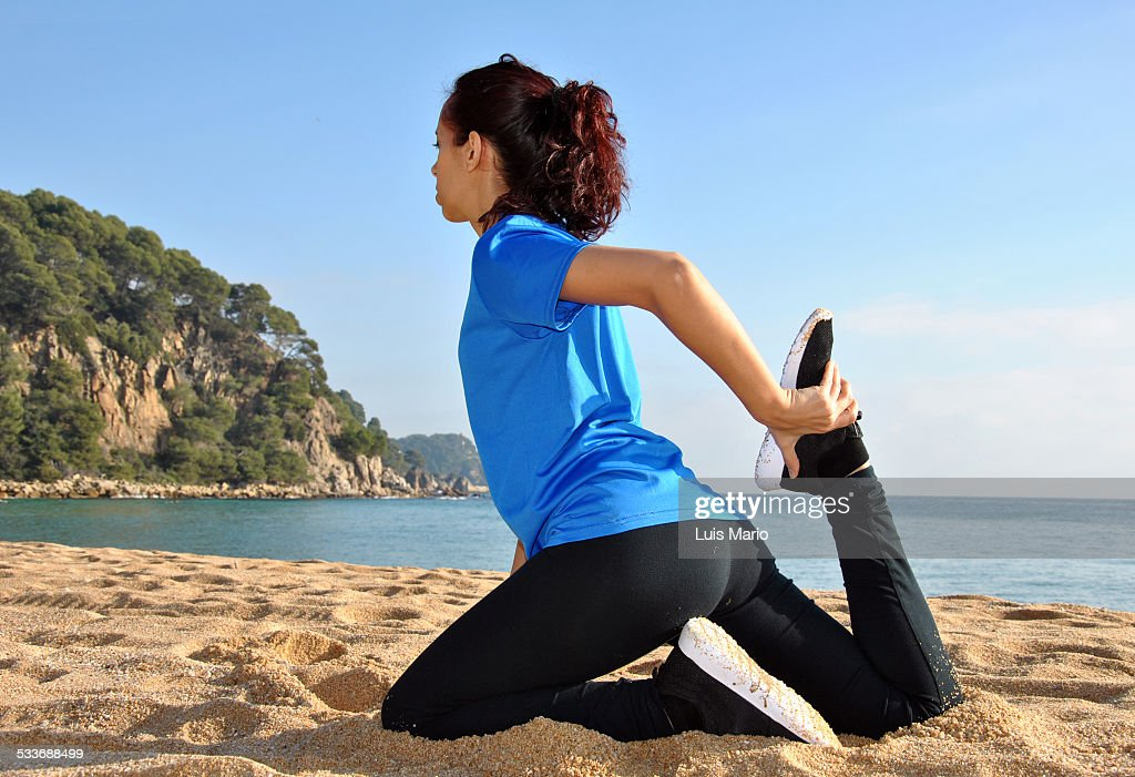 Woman stretching muscles after jogging : Foto stock