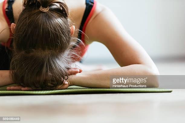 woman stretching on floor - acostado boca abajo fotografías e imágenes de stock