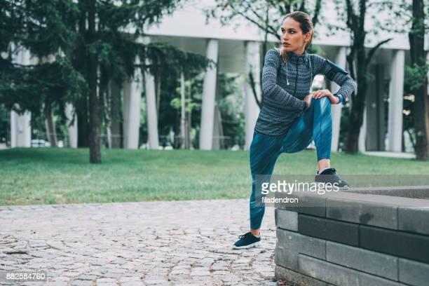 女性ストレッチ屋外