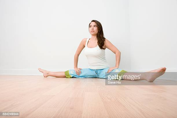 woman stretching - ドロストパンツ ストックフォトと画像
