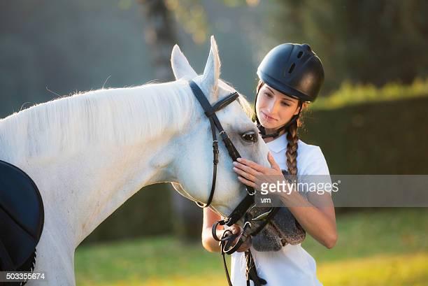 Frau streicheln einem Pferd auf dem Kopf in die Natur
