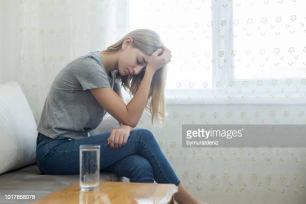 woman suffering from stress - violencia psicologica imagens e fotografias de stock