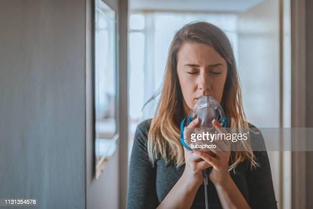 woman suffers from asthma - amigdalite imagens e fotografias de stock