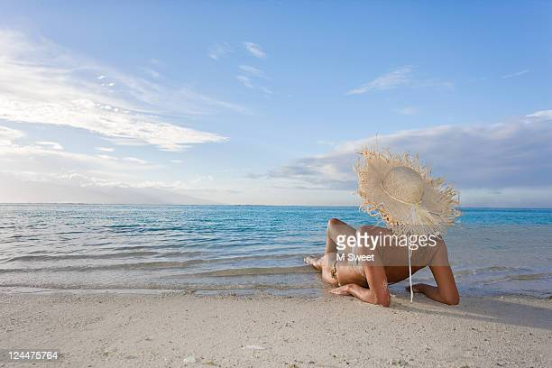woman sunbathing on beach - femme tahitienne photos et images de collection