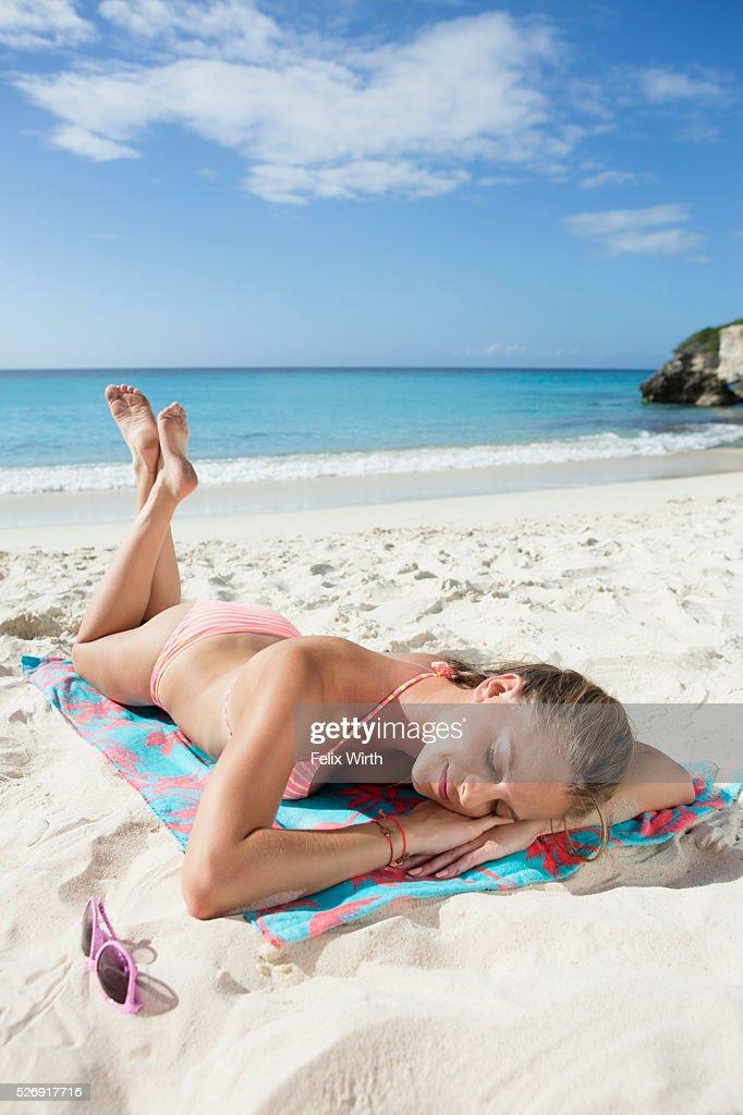 Woman sunbathing on beach : Stock-Foto