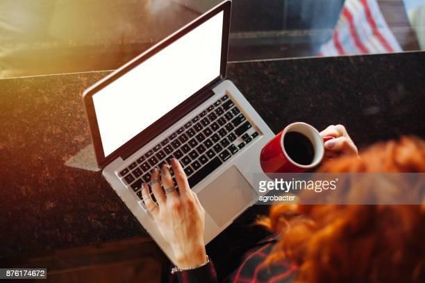 女性のコーヒー ショップでインターネットをサーフィン