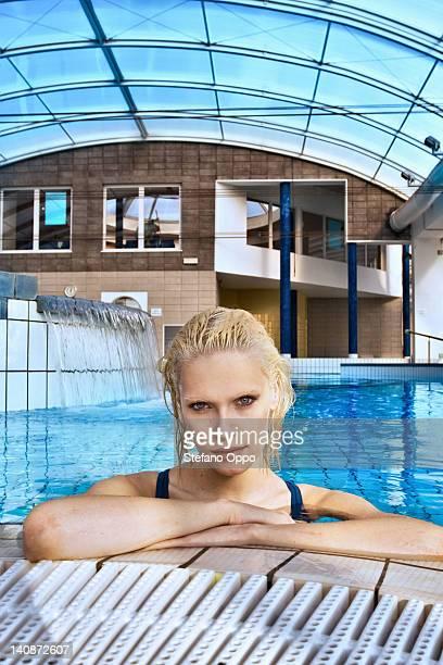 女性の屋内プールでの