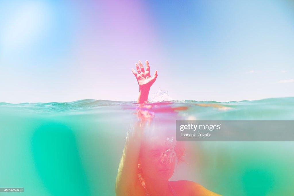 Woman swimming in the sea : Stockfoto