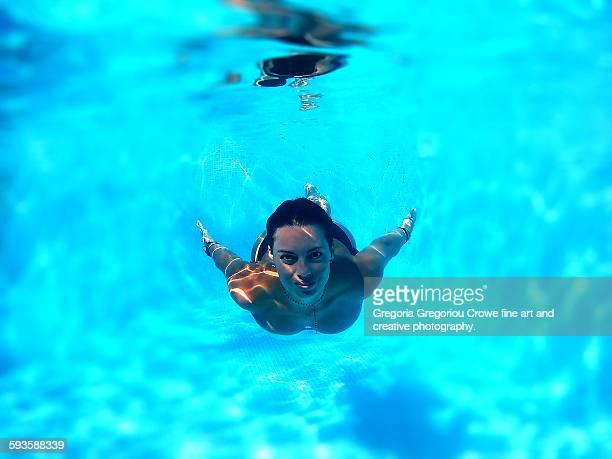 woman swimming underwater - gregoria gregoriou crowe fine art and creative photography. stockfoto's en -beelden