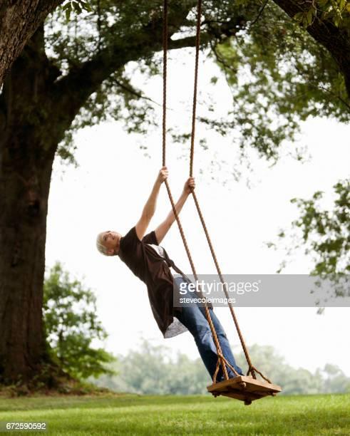 Femme se balancer
