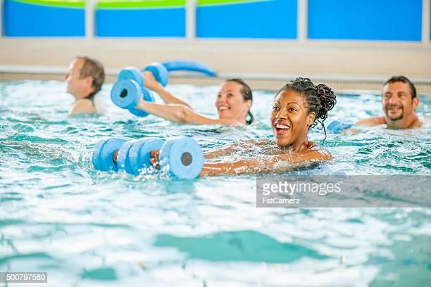 Frau einen Aerobic-Kurs im Pool