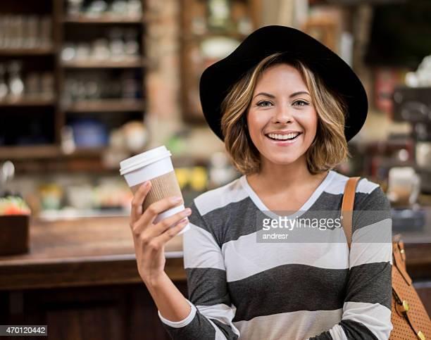 Frau, die einen Kaffee zum Mitnehmen