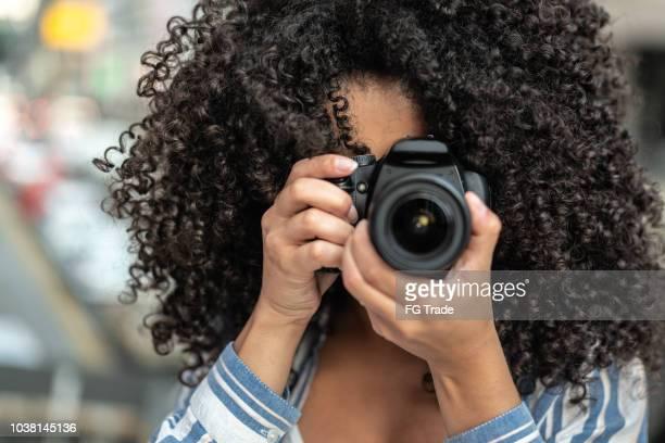 mulher tirando uma fotografia - fotógrafo - fotografias e filmes do acervo