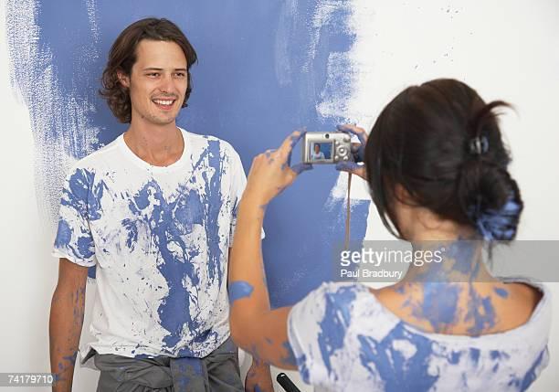 Woman 、写真を撮る男性絵画