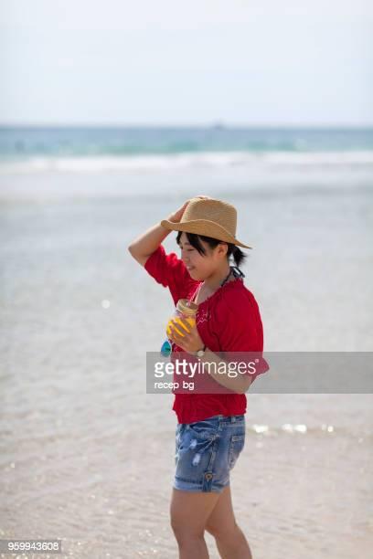 女性のビーチでの散歩 - 静岡市 ストックフォトと画像