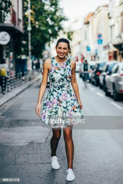 Frau, die ein Spaziergang in der Stadt