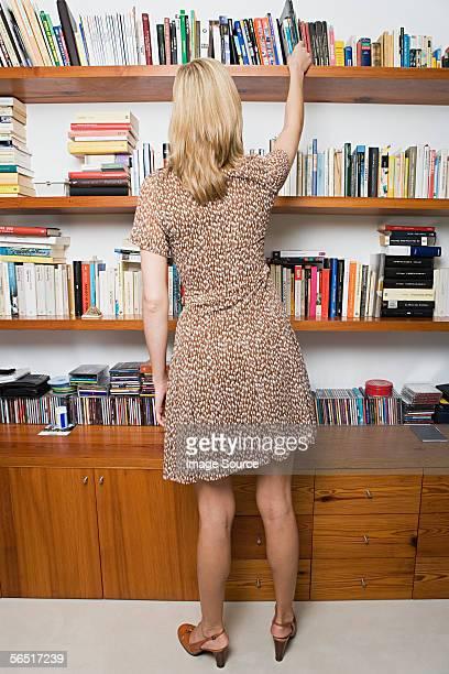 Femme prenant un livre de gamme
