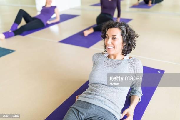 vrouw nemen van pauze na yogales - fitnessmat stockfoto's en -beelden