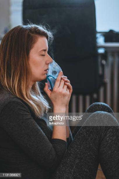 woman taking medication to bronchial - amigdalite imagens e fotografias de stock