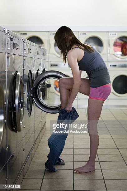 Femme prenant sur ses vêtements à la blanchisserie
