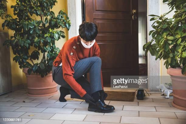 mulher tirando os sapatos e limpando-os antes de entrar em casa - strip - fotografias e filmes do acervo