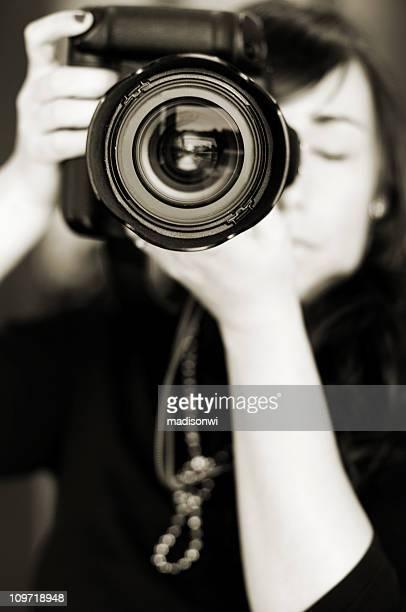 Femme prenant une Photo en noir et blanc