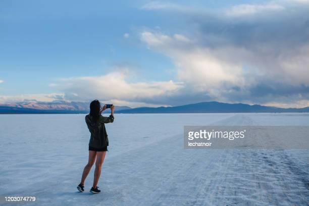 アルゼンチンの塩砂漠で写真を撮る女性 - サルタ州 ストックフォトと画像