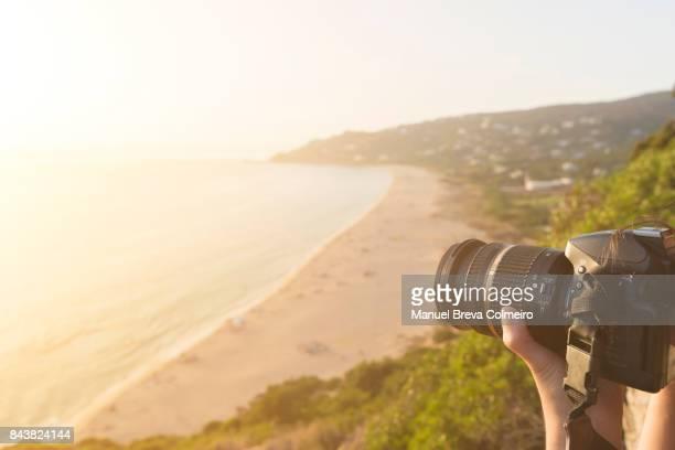 woman taking photos - reportage afbeelding stockfoto's en -beelden