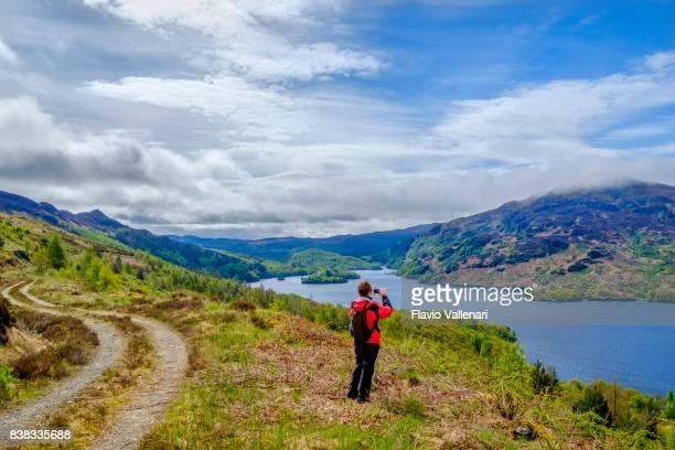 Frau unter Bild am Loch Katrine, Trossachs - Schottland