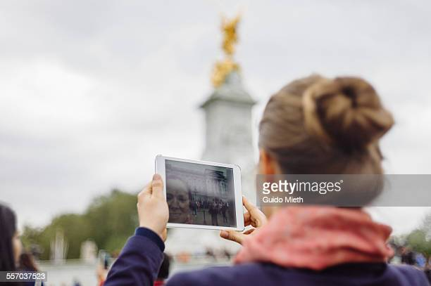 woman taking pictures at buckingham palace. - buckingham palace stock pictures, royalty-free photos & images