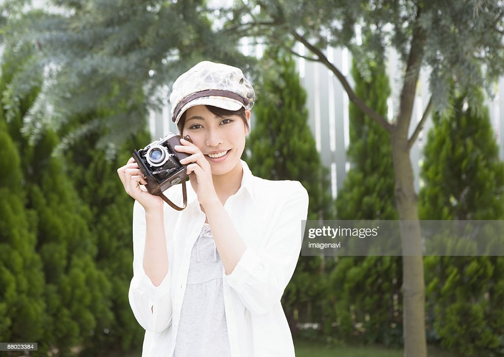 A woman taking pictures : ストックフォト