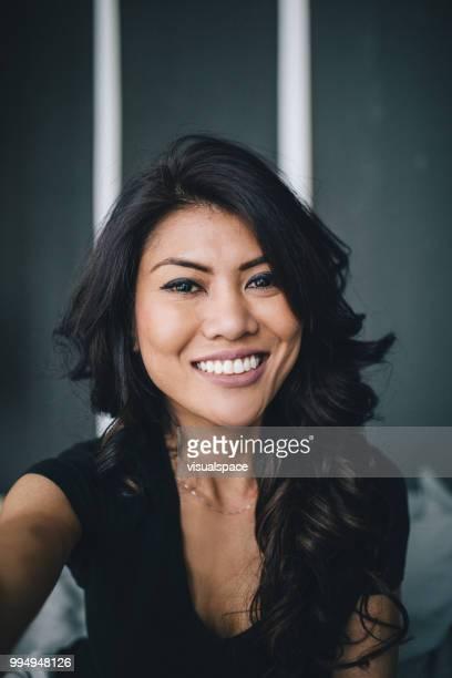 mulher tendo autoretrato em casa - vertical - fotografias e filmes do acervo