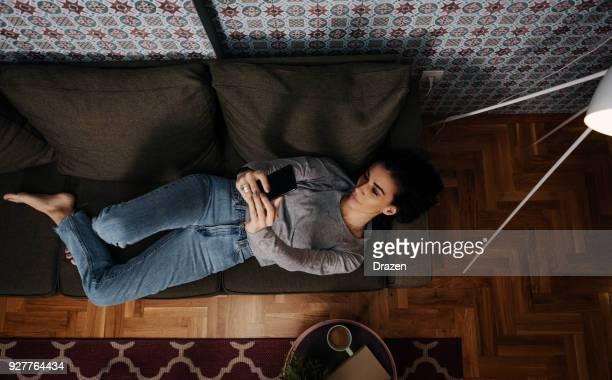 Frau unter Selfie und social media sharing