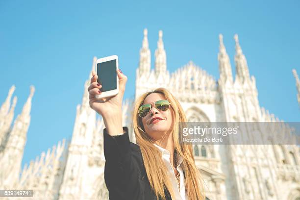 Mujer tomando autofoto-Catedral Duomo de Milán, Italia