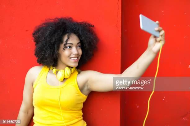 Femme prenant des autophotos