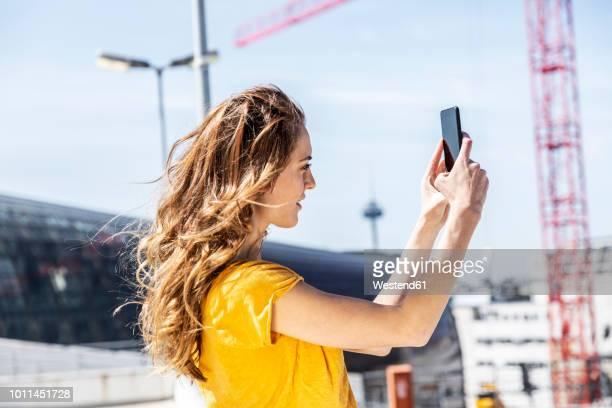 woman taking selfie with smartphone - frauen fotos stock-fotos und bilder