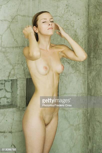 woman taking shower - boxe esporte - fotografias e filmes do acervo