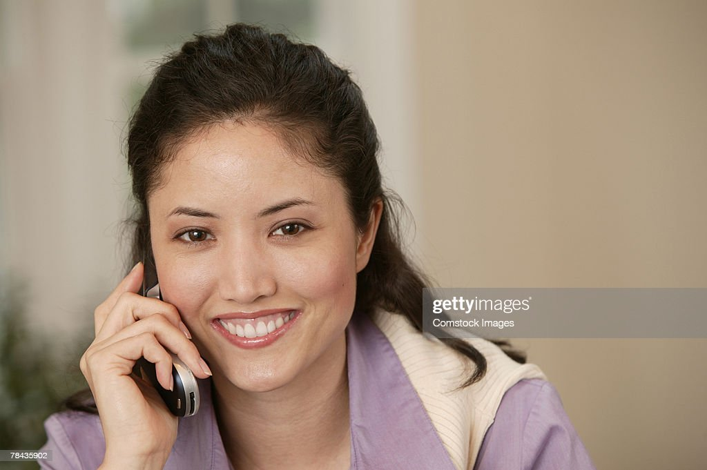 Woman talking on cell phone : Foto de stock
